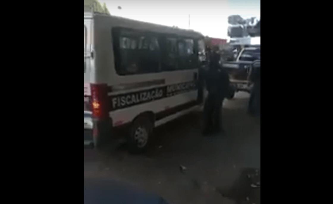 FISCAIS DA PREFEITURA MUNICIPAL DE GOVERNADOR VALADARES RECOLHEM VENDEDOR DE SALGADOS APÓS DECRETO DE PREFEITO.